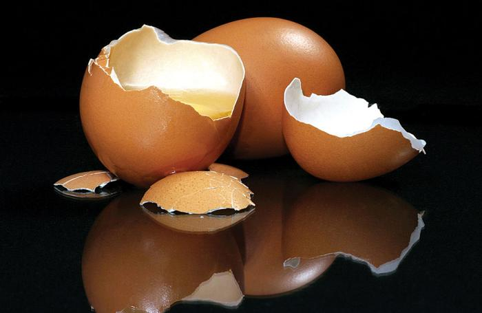 Fresh-brown-eggs-broken